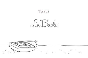 Marque-table mariage blanc promesse sur le sable barque blanc